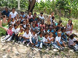 Kinder und Betreuer des Waldorfkindergartens
