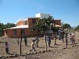 Der fertiggestellte Kindergarten in Azua de Compostel